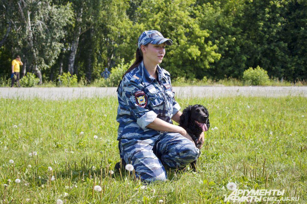 Служебными собаками могут стать даже маленькие кокер-спаниели. Ольга и её четвероногая коллега Мирослава.