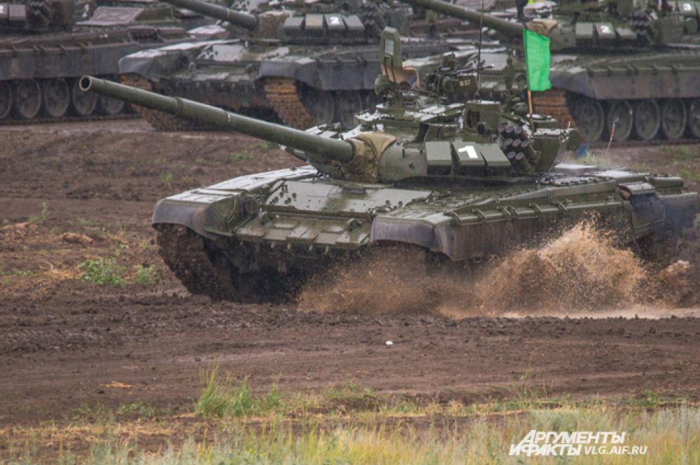 Команды каждого округа прибыли на полигон Прудбой на своих танках.