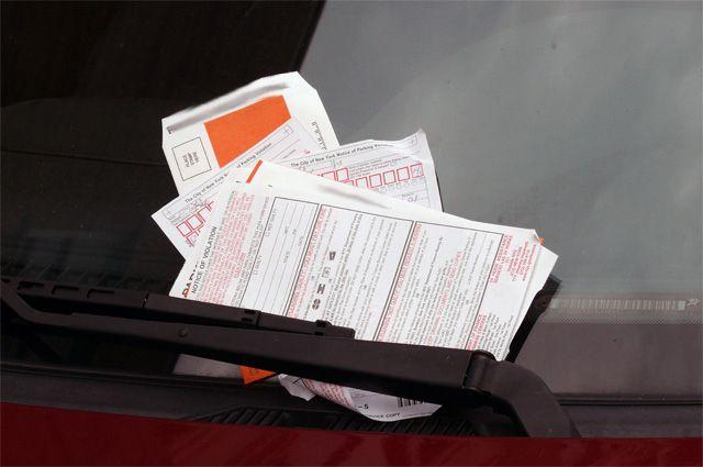 На лобовом стекле автомобилисты могут найти не только квитанцию на оплату штрафа, но и записку с угрозами.