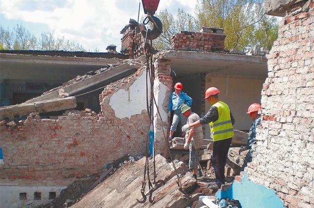 В здании школы начался ремонт. Фото школы №6, Дебальцево