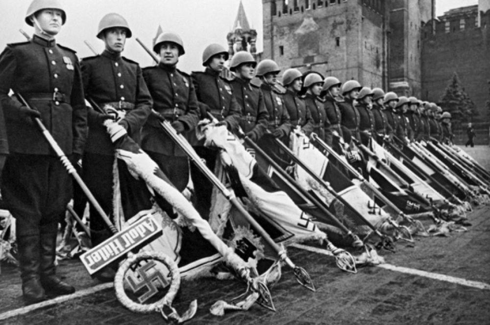 Участники парада Победы бросают к подножию Мавзолея В.И. Ленина немецкие знамена.