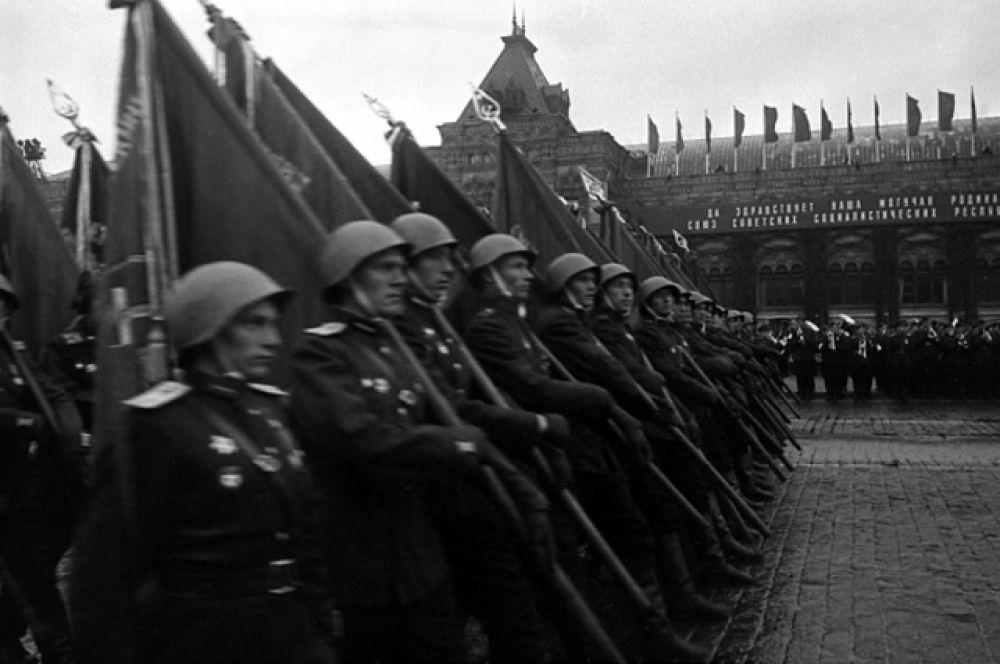 Знаменосцы полка одного из фронтов на Параде Победы.