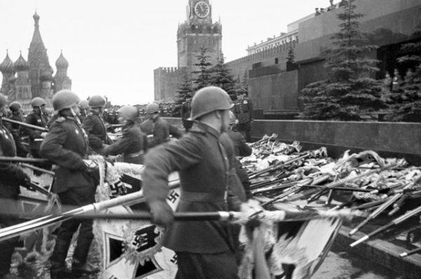 Участники парада Победы бросают к подножию Мавзолея В. И. Ленина немецкие знамена.