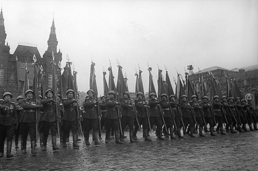 Торжественный марш сводного полка одного из фронтов на Параде Победы.
