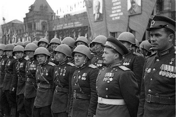 Герой Советского Союза, генерал-лейтенант Николай Петрович Каманин в рядах воинов 2 Украинского фронта.