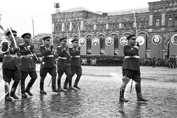 Маршал Советского Союза Родион Яковлевич Малиновский и командующие армиями 2 Украинского фронта.