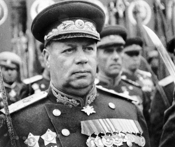 Маршал Советского Союза Федор Толбухин встречает Победу на параде в Москве.
