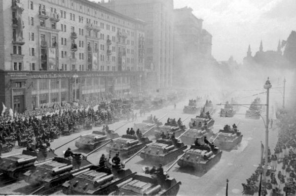 Самоходные артиллерийские установки движутся к Красной площади.