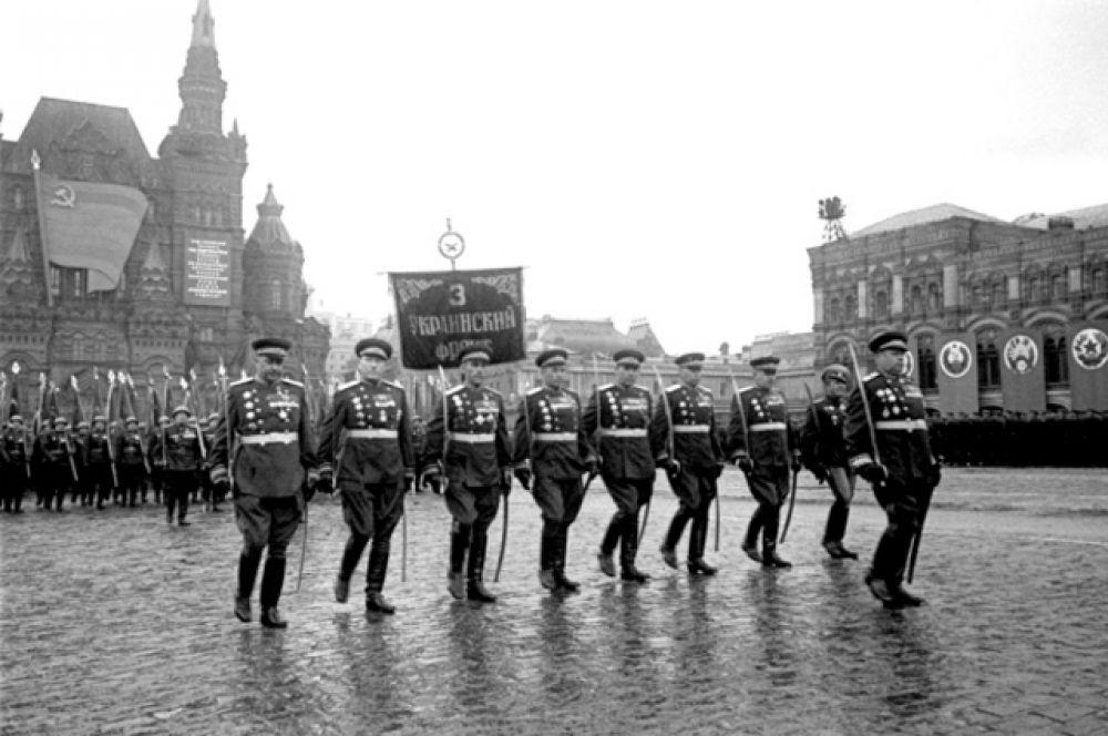 Торжественный марш воинов 3-го Украинского фронта во главе с маршалом Советского Союза Толбухиным Федором Ивановичем.