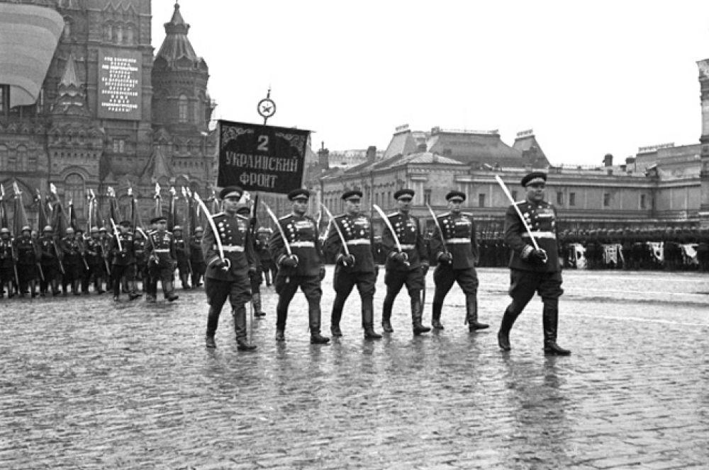 Торжественный марш воинов 2 Украинского фронта во главе с командующим маршалом Советского Союза Родионом Яковлевичем Малиновским.