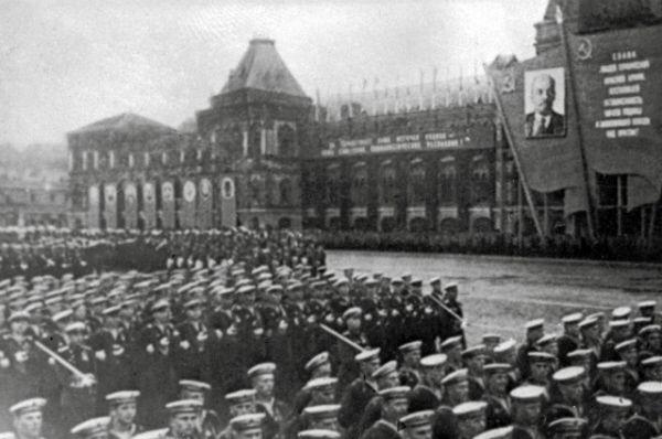 Церемониальный марш сводных полков фронтов на Красной площади.
