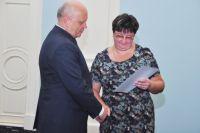 Виктор Назаров вручил сертификаты 28 победителям.