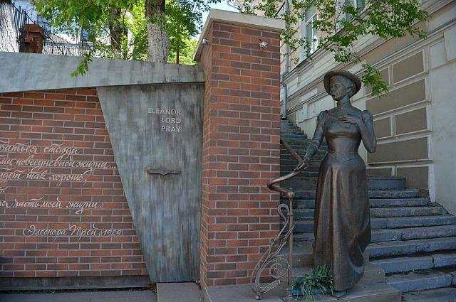 В прошлом году удивительной американке поставили памятник в самом центре Владивостока.