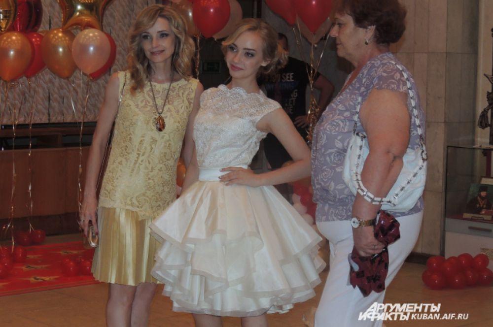 Выпускница (посередине) со своей мамой (слева). Мамы тоже надели вечерние платья.