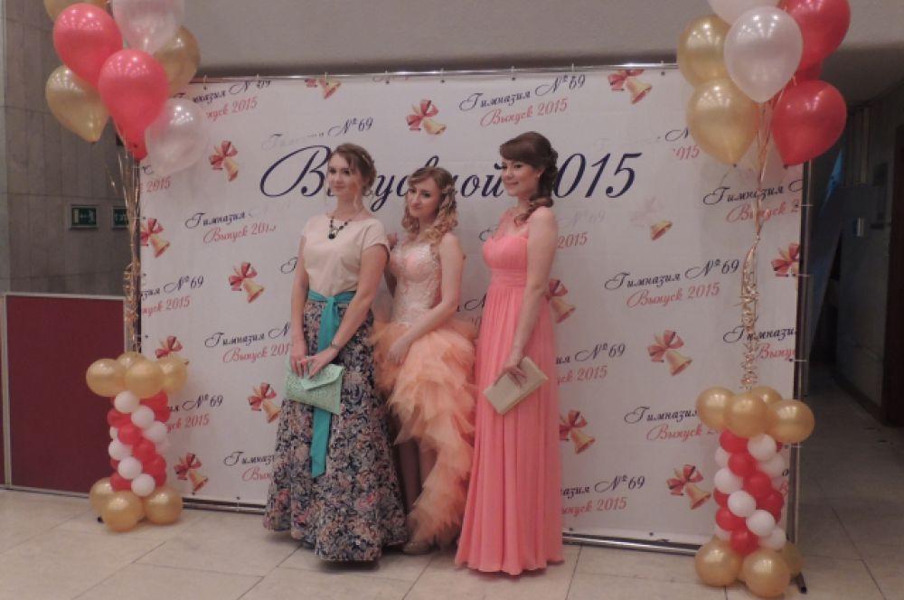 Также популярны на вечере были бежевые и розовые цвета платьев. И почти все они оказались длинными.