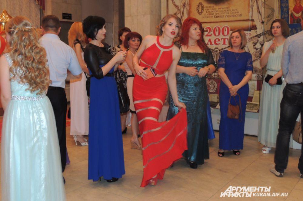 Это обтягивающее алое платье в пол, пожалуй, самое яркое платье этого вечера.