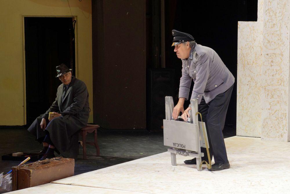 Жанр премьеры в театре охарактеризовали как грустную комедию в двух частях.