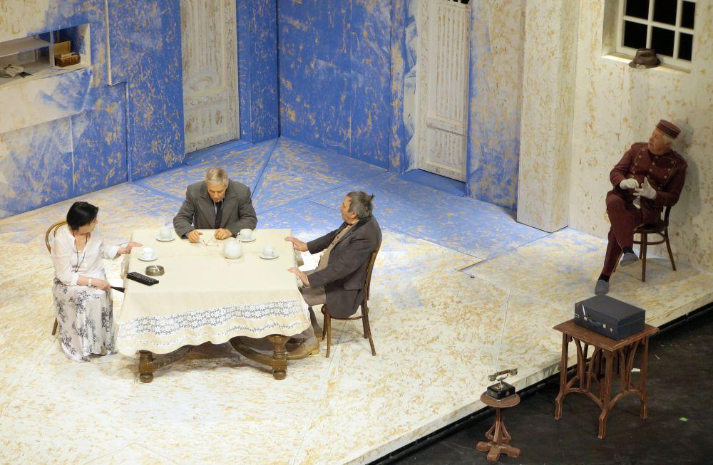 Декорации к спектаклю создавал Владимир Кравцев.