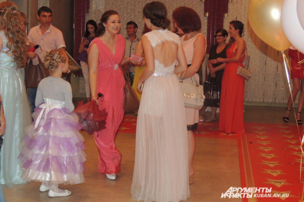У некоторых на первый взгляд довольно скромных платьев оказывалась изюминка – открытая спина.