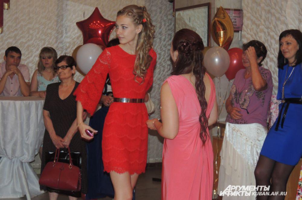 Кстати, красных платьев было три. Вот еще одно – короткое.