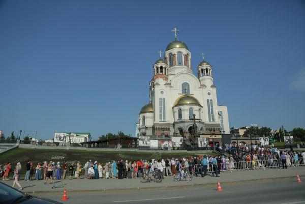 В дни пребывания мощей святого Георгия Победоносца в Екатеринбурге к храму выстраивалась очередь.