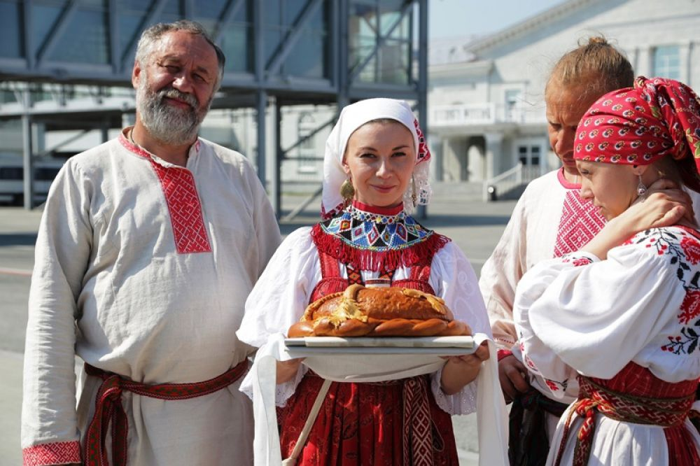 Игумена монастыря Ксенофонт архимандрита Алексия по русской традиции встречали хлебом-солью.