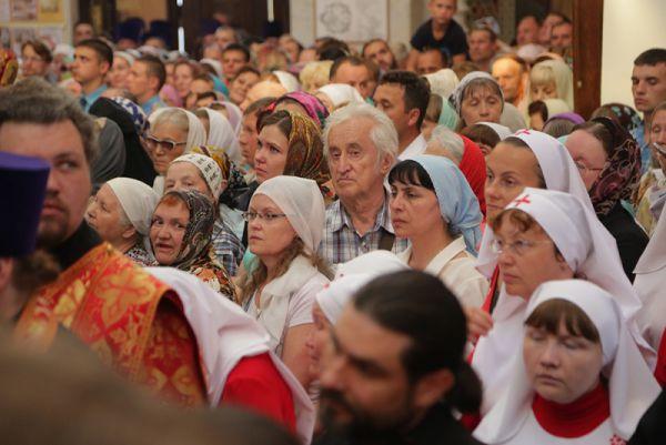 В Храме-на-Крови святыню встречали жители Екатеринбурга и других городов области.