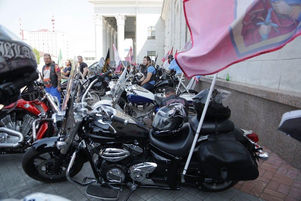 Уральские байкеры в полной боевой готовности, им предстоит сопровождать святыню в Храм-на-Крови Екатеринбурга.