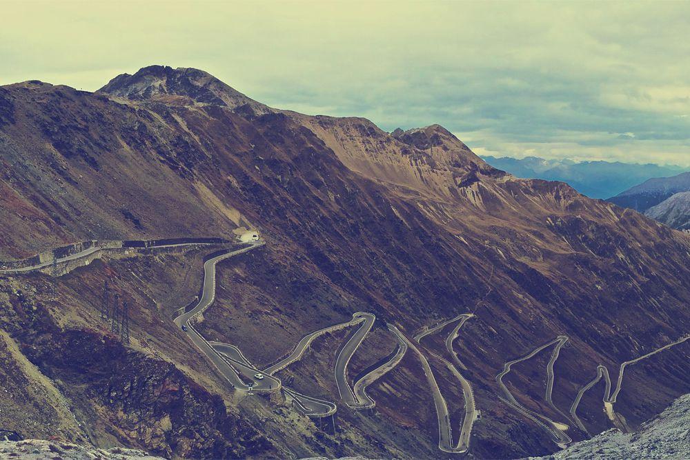 Одна из самых извилистых дорог в мире находится в Италии и носит название Stelvio Pass. «Королева зигзагов» расположена в горах на высоте 2500 м. Она была проложена в 1820-1825 годах, ее главной задачей было соединить Ломбардию с остальной Австрией, и до конца Первой мировой войны она играла роль границы между Италией и Австро-Венгрией. Горное шоссе ведет к перевалу Прато, расположенному на высоте 2757 м над уровнем моря.