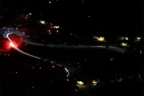 Гонщикам на преодоление дороги Col de Turini требуется порядка десяти минут, а вот простым водителям придется потратить около часа: как правило, машины по шоссе, ширина которого на некоторых участках не превышает 3,3 м, движутся друг за другом. На обгоны мало кто решается: с одной стороны дороги Col de Turini тянутся отвесные скалы, а с другой — пропасть. К тому же во время дождей, а они здесь нередки, асфальт становится очень скользким, что чревато авариями и даже вылетами с трассы.