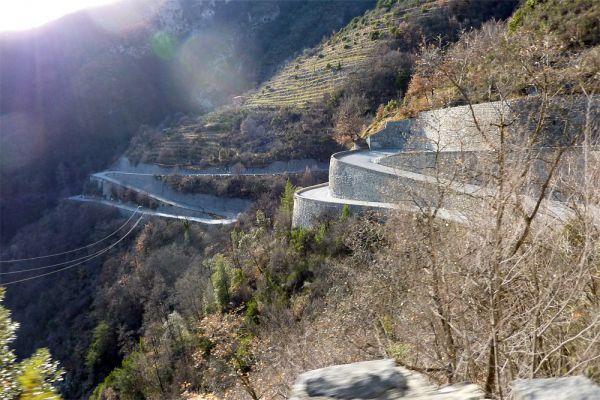 Дорогу Col de Turini во французских Альпах называют одной из самых драйверских в мире. Расположенная на высоте более 1500 м и протянувшая на 30 км, она насчитывает 34 поворота и практически не имеет длинных прямых отрезков. Участок горного шоссе Col de Turini также является частью этапа ралли Monte Carlo, а до 2002 года здесь проводилась и «Ночь длинных ножей»: заезды начинались с наступлением ночи, и свет фар «прорезал» окружающую темноту.
