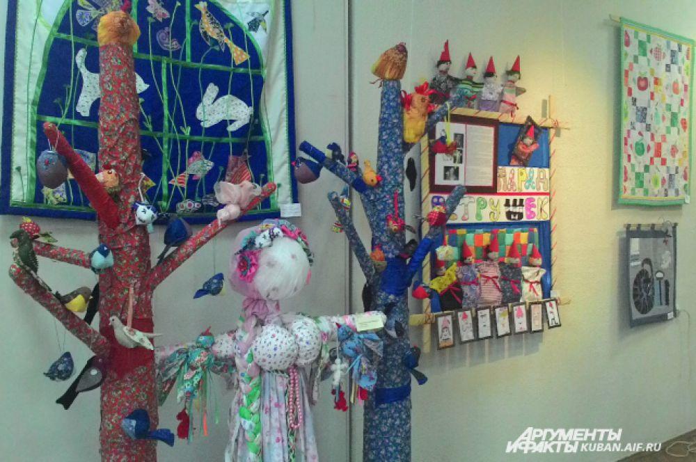 А эта кукла и деревья, созданные из лоскутов, высотой с человеческий рост.