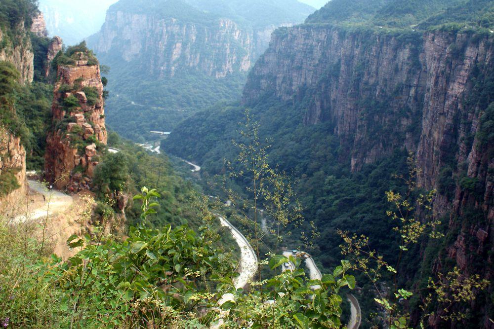 Дорога Guoliang, которую называют «трассой, не прощающей ошибок», привлекает в горы китайской провинции Хэнань множество туристов. Дорога представляет собой узкий тоннель, в котором не разъехаться даже двух легковушкам, поэтому многие предпочитают путешествовать по Guoliang Road на двухколесном транспорте. Опасны и так называемые окна, прорубленные на протяжении всего маршрута: в них проникает не только свет — были случаи, когда через них машины срывались в обрыв. Путешествовать по Guoliang Road не советуют людям, подверженным клаустрофобии.