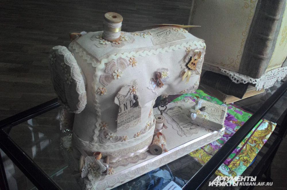 Чуть ли не главный символ выставки - швейная машинка. Эта, разумеется, не настоящая.