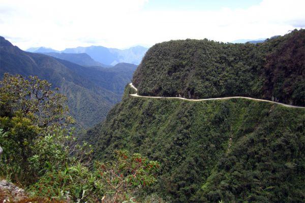 Дорога в горах боливийской провинции Юнгас, соединяющая север страны со столицей, с 1999 года известна многим как «Дорога смерти»: тогда автомобиль в восемью израильскими туристами упал в пропасть. А за 16 лет до этого здесь произошла и самая страшная авария за всю историю Боливии: автобус, в котором находилось более ста пассажиров, сорвался в каньон. Ежегодно на North Yungas Road гибнет около 200-300 человек и несколько десятков машин срываются в глубокие ущелья.