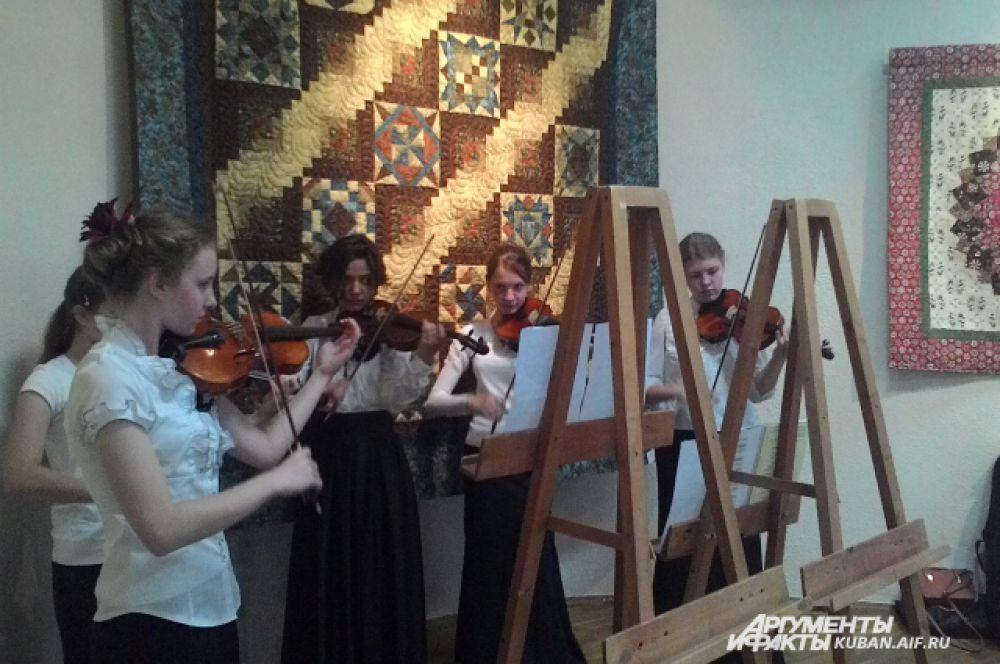 Открытие выставки сопровождалось концертом учеников Краснодарского музыкального училища имени Римского-Корсакова.