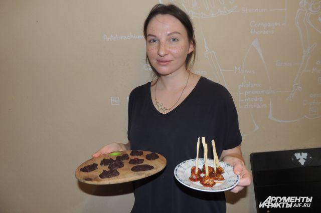 Анна приготовила куриные леденцы и шоколадные конфеты с олениной.