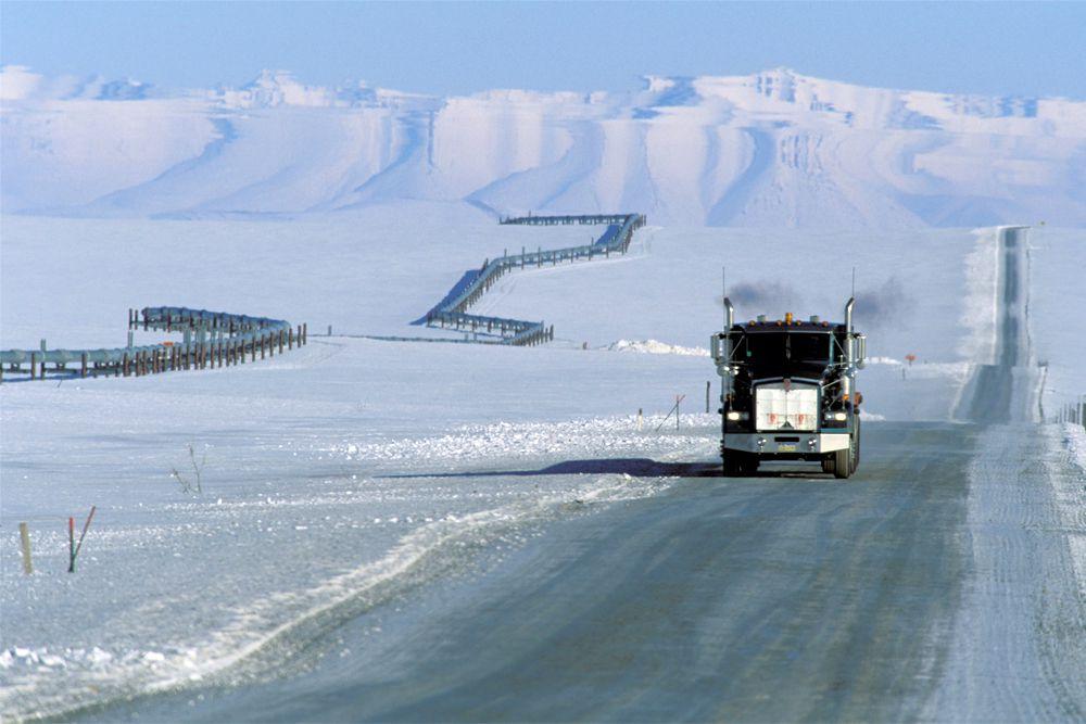 Трасса Dalton Highway может похвастаться сразу несколькими определениями с приставкой «самая», в том числе самая изолированная (на 667-километровом шоссе расположены всего три поселка, в которых живут 60 человек) и самая заснеженная (трасса расположена на Аляске, где снегопады случаются даже в летние месяцы, а зимой снежный покров полностью заменяет дорожное покрытие). Дорога тянется вдоль Трансаляскинского нефтепровода, пересекает Полярный круг и входит в зону вечной мерзлоты.