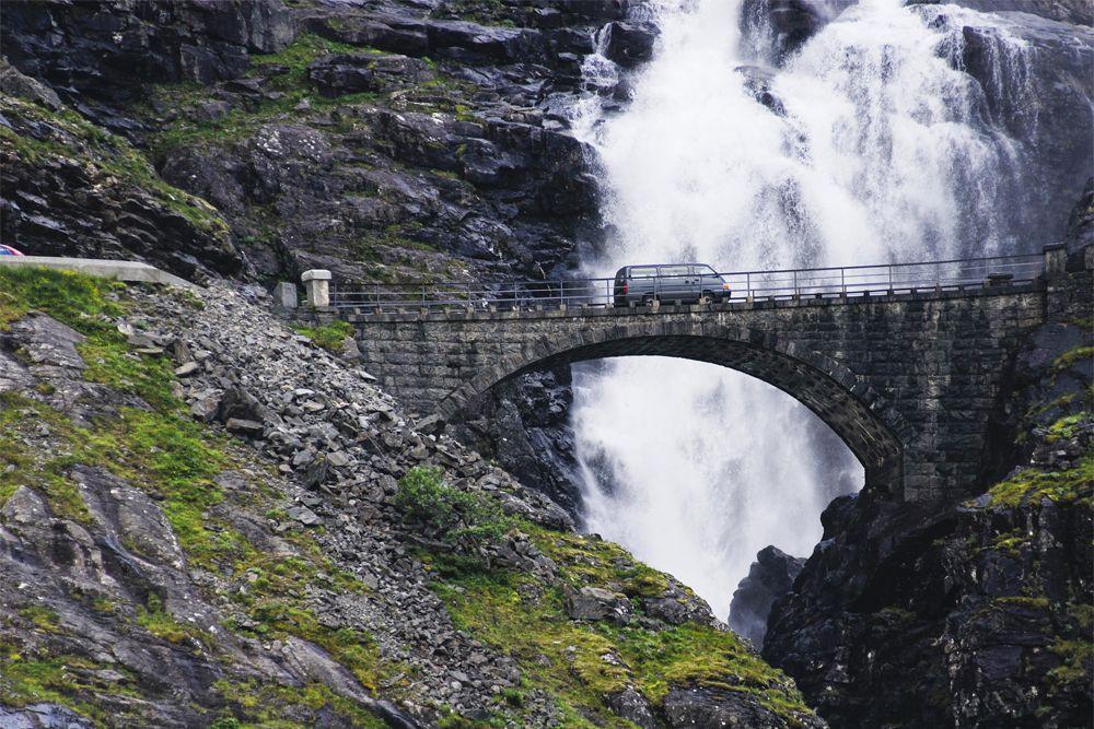 Горный серпантин с 11 крутыми петлями открыл лично король Норвегии Хокон VII, и он же дал название дороге. Путешествие по трассе Trollstigen нужно планировать на весенне-летний период, так как осенью и зимой проезд по ней закрывается. Кроме того, поездку по шоссе лучше доверить опытному водителю: местами ширина не превышает 3,3 м, что сильно ограничивает возможности для маневров.