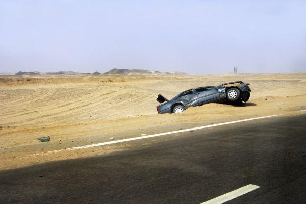 Протяженность трассы от курортной Хургады до Луксора составляет 280 км, которые автобусы преодолевают за четыре-пять часов. Несмотря на достаточно ровное дорожное покрытие, это шоссе считается одним из самых опасных: на нем нередко случаются аварии с участием туристических автобусов по вине египетских водителей, которые пренебрегают правилами. Кроме того, на трассе орудуют грабители: ночью многие водители предпочитают не включать фары. Еще большую опасность представляют террористы: в 1997 году путь до Луксора стал последним для 62 туристов из Германии.