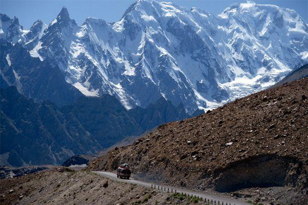 Того, кто сегодня решит отправиться в путешествие по Каракорумской трассе, будет подстерегать ряд опасностей. Шоссе проходит через штат Джамму и Кашмир, который с конца 1940-х годов служит яблоком раздора между Пакистаном и Индией, большая часть трассы лишена дорожного покрытия (в среднем 30-40 м асфальта на 10-20 км дороги), а кроме того, водителям угрожают снежные лавины и завалы на перевалах.