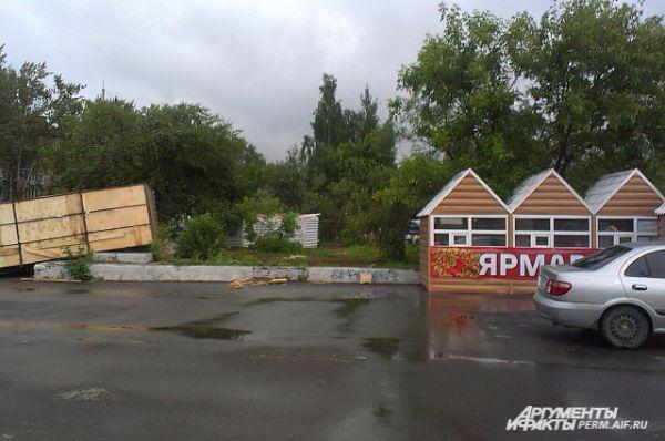 Около Пермской ярмарки ураган унес павильон