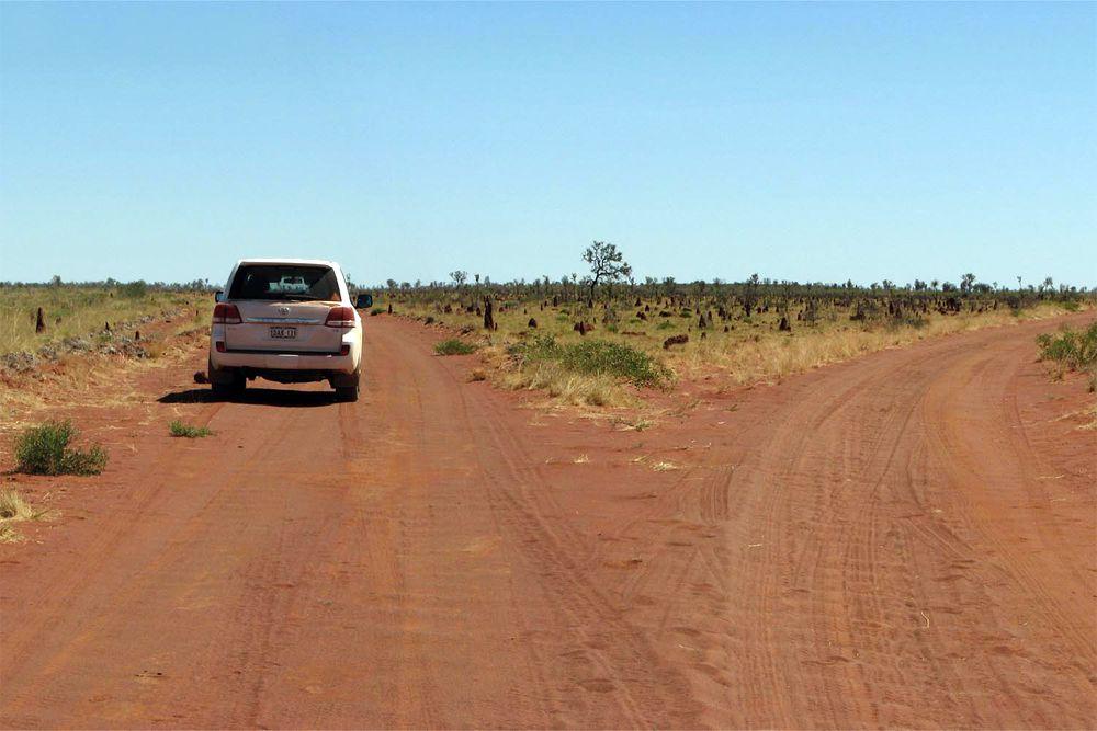 После Антарктиды Австралия — самый малонаселенный континент, и неудивительно, что именно здесь находится одна из самых безлюдных дорог в мире — трасса Canning Stock Route, пересекающая с севера на восток Малую Песчаную пустыню. Дорогу, растянувшуюся на 1850 км, начали строить в 1906 году для перегона скота. В начале XX века скотоводы северных регионов захватили монополию на поставку говядины на золотые прииски, и, чтобы возродить конкуренцию, власти распорядились проложить путь, по которому фермеры из восточных областей могли перегонять скот на продажу.