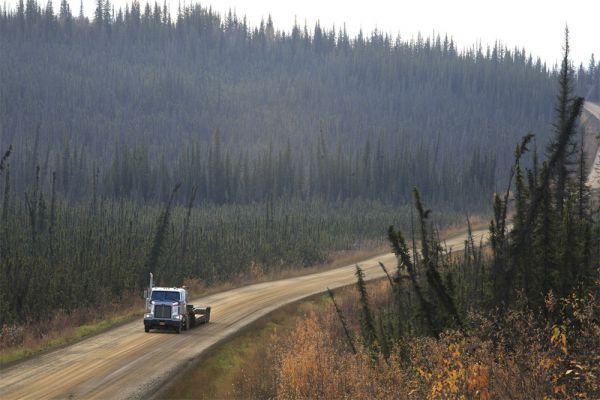 Путеводители и туристические сайты описывают Dalton Highway как трудную и опасную трассу, а ряд компаний по прокату автомобилей специально вносит в договор условие, запрещающее путешествовать по ней на арендованной машине. Те, кто все же отправится в поездку по трассе, обнаружат наполовину заасфальтированную, наполовину грунтовую дорогу с множеством подъемов и крутых спусков.