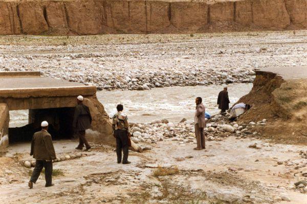Каракорумское шоссе считается самой высокогорной дорогой мира — и одной из самых опасных. Трасса связывает пакистанский Исламабад с китайским Кашгаром и тянется на 1300 км. Строительство началось в 1966 году, а маршрут повторил отрезок Великого шелкового пути. Прокладка дороги заняла 21 год, затраты составили $3 млрд, а из 25 000 инженеров и рабочих, занятых на стройке, около 1000 погибли.