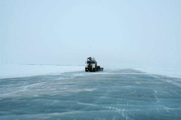 Поскольку Tuktoyaktuk Road является официальной трассой, за ее состоянием следят специальные службы: выдают разрешение на начало эксплуатации дороги, регулярно проводят замеры толщины льда, а в конце «дорожного сезона» принимают решение о прекращении транспортного сообщения. Но несмотря на все это, несчастные случаи на Tuktoyaktuk Road нередки. Водителей на трассе подстерегают такие опасности, как полярные метели, снежные заносы и трещины во льду.