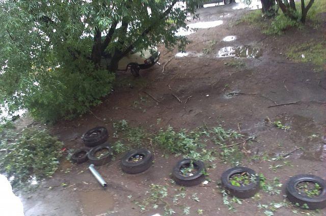 Разрушения после грозы в Мотовилихинском районе Перми