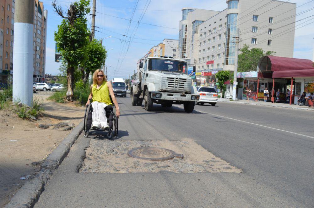 Вместо тротуара - песок. Приходится воспользоваться проезжей частью.