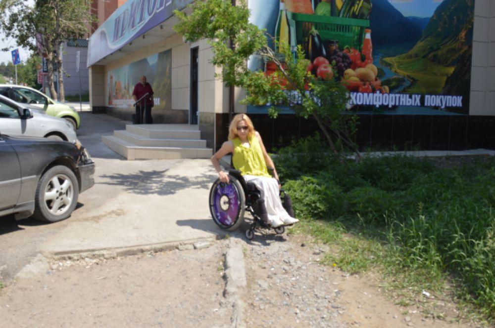 Бордюры и песок - основное препятствие на улицах Читы.