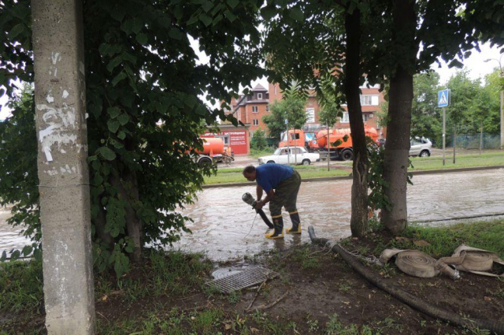 Спасатель работает с гидропомпой.